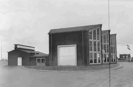 22122 FDHEEMAF063156 Buitenaanzicht van het gemaal Colijn te Ketelhaven, 1957-01-25