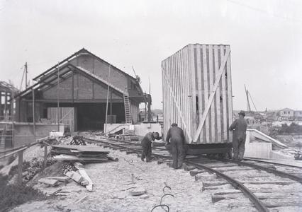 24644 FDHEEMAFF 455 Transport van installatiedelen voor gemaal Buma bij Lemmer over een tijdelijke spoorbaan, 1940-10-01