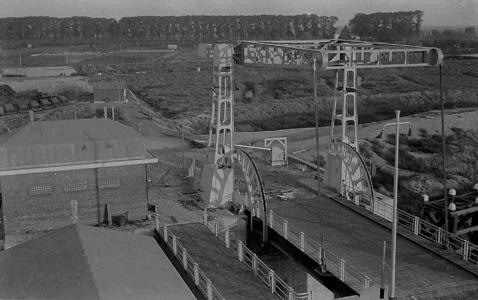 25843 FDHEEMAFF 253 Eén van de twee ophaalbruggen (klapbruggen) over de Julianasluis in het Gouwekanaal bij Gouda. Bij ...