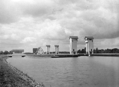 3258 FDHEEMAF052206 Overzicht van de pompenkamer van de sluis in het Twentekanaal bij Wiene, 1935-07-17