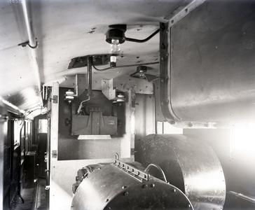 8852 FDHEEMAF003234 Interieur van de locomotief voor de spoorwegen op Java. Zicht op hoofdzekeringskast, 1925-04-18