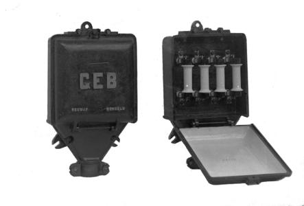 9091 FDHEEMAF000358 Twee gietstalen huisaansluitkasten met vier open buisveiligheden, 1913-05-29