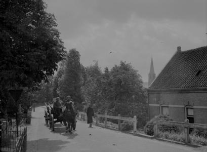 106 Wijhe: Opname van een paard met wagen in de Dorpsstraat, met een huis en een kerktoren in beeld., 1938-06-29