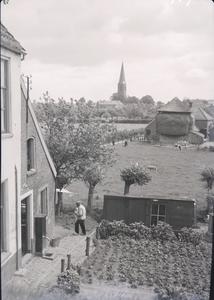109 Wijhe; Opname vanaf een hoogte van het dorp, met de kerk op de achtergrond, en een hooischuur in beeld., 1938-06-29