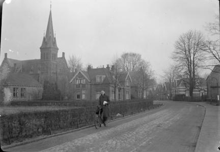 110 Wijhe: Opname van een straat in het dorp, met huizen en een kerk., 1941-02-12