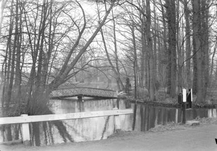 111 Wijhe: Opname van een brug in een bosje., 1941-02-12