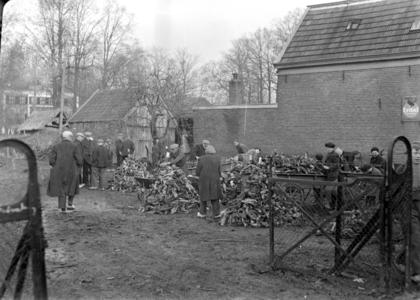 113 Wijhe: Opname in een tuin van een groep werkende mensen., 1941-02-12