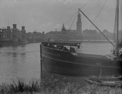 64 Gezicht op de stad Kampen, met de oude IJsselbrug links in beeld, en torens op de achtergrond. Aangemeerd ligt het ...
