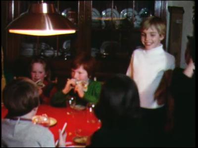 1000 BB06791 Privéfilm van de familie Staal, met beelden van een verjaardagsfeest, het schoolplein, en een kermis op ...