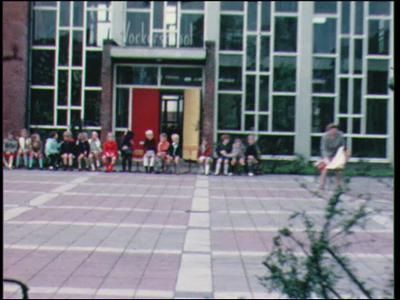 1011 BB06802 Een film met beelden van mej. Dagevos, en de viering van Koninginnedag, met o.a. een kermis.
