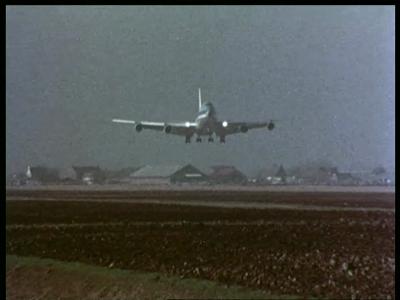 10318 BB00442 Een film rondom de bewaking van het vliegverkeer op Schiphol m.b.v. een radar van Signaal., 1981-02-23
