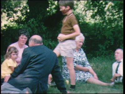 10329 BB00453 Familiefilm met beelden van een samenkomst op de Veluwe bij Terlet, met een bezoek aan het ...