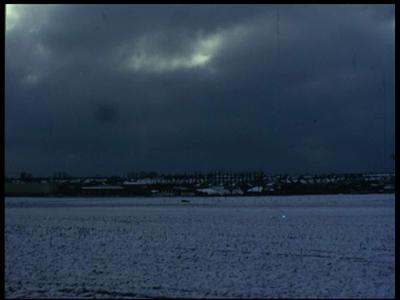 10334 BB00458 Een film met beelden van o.a. de tegenstelling tussen de oud- en nieuwbouw van het dorp, van ijspret, een ...