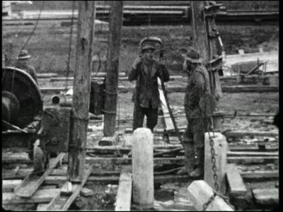 10610 BB00116 Een film rondom de bouw van het Twentsch Centraal Station te Hengelo, met beelden van het heien van ...