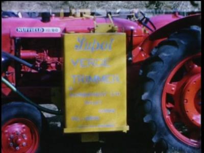 1071 BB08149 Een bedrijfsfilm rond mechanisch wegenonderhoud, met beelden van een demonstratie mechanisch slootkanten ...