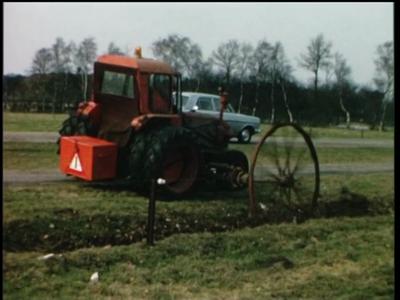 1073 BB08151 Een bedrijfsfilm rond mechanisch wegenonderhoud, met beelden van een tractor en het losmaken van een geul ...