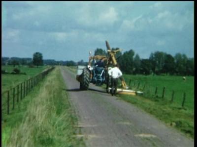 1074 BB08152 Een bedrijfsfilm rond mechanisch wegenonderhoud, met beelden van een tractor voorzien van een cirkelmaaier.