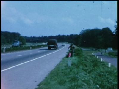 1075 BB08153 Een bedrijfsfilm rond mechanisch wegenonderhoud, met beelden van een motormaaier.