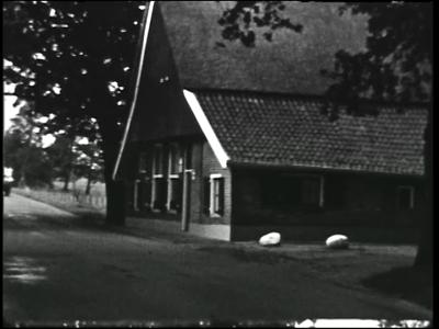 10856 BB02287 Een film van de Coöperatieve Boerenleenbank, met beelden van de Vriezeveense markt, kuikens, een ...