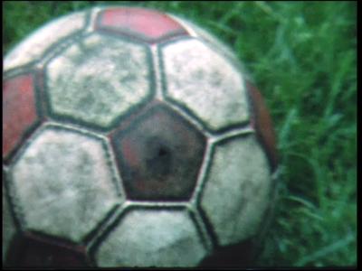 10867 BB02298 G.J.V. voetbalt tegen onbekende tegenstander. In beeld, jongeren en ouderen, mannen en vrouwen, spelen op ...