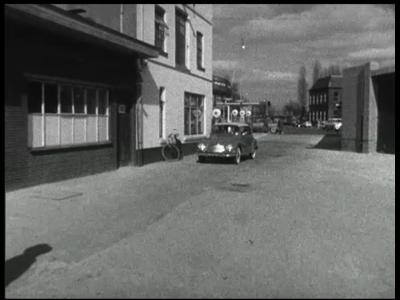 10896 BB02850 Bedrijfsfilm van Heemaf over een autoparkeergarage met een verrijdbare vloer.Demonstratie van het systeem ...