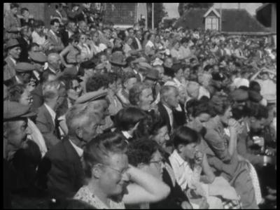 10910 BB02864 Reportage over het Stöppelhaenefeest in Raalte [eind jaren '50]. O.m dorpsgezicht met kerk; publiek op de ...