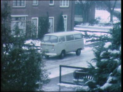 11541 BB02921 Beelden van een straat in Nijverdal. De straat ligt vol met aangevroren sneeuw. Mensen op de fiets of met ...