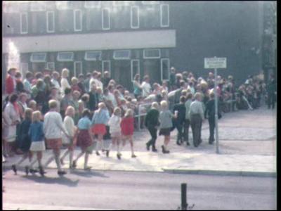 11552 BB02932 Schoolkinderen op plein.Onthulling straatnaambord voor het gemeentehuis van Nijverdal.Zanghulde van mannenkoor.