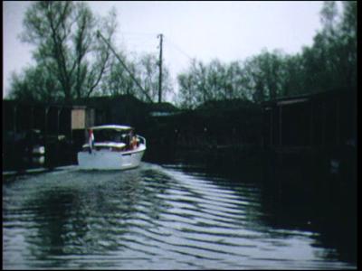 11848 BB02409 Reportage over een tochtje met een plezierjacht van Zwolle naar Genemuiden en het Zwartemeer. O.m. ...