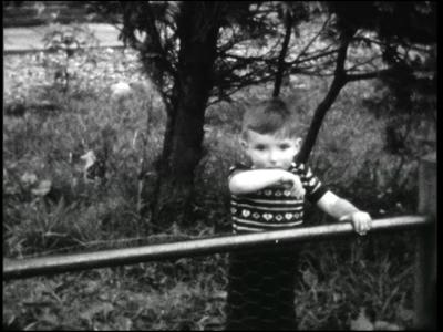 12112 BB01856 Film geeft een tijdsbeeld van het dorp Daarle in 1953Spelende kinderen op het schoolplein.Trouwpartij nr. ...