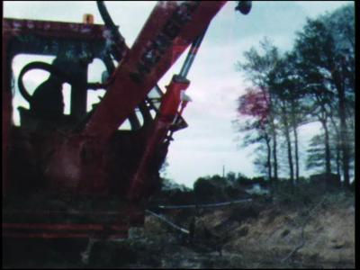 12142 BB02416 Bedrijfsfilm van het grondwerkbedrijf Gerwers.Machinaal graven van een watergang langs de Dinkel bij het ...