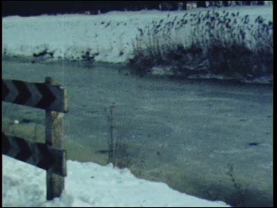 12143 BB02417 Bedrijfsfilm van het grondwerkbedrijf Gerwers. Schaatsen op een vijver privefilm.Graafwerkzaamheden aan ...