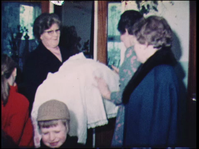 12147 BB02421 Familiefilm Gerwers.Kind wordt gedoopt in een R.K. Kerk. Moeder zit met kind in de woonkamer.