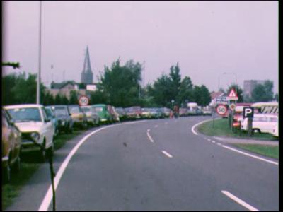 12162 BB02436 Reportage over de jaarlijkse ponymarkt te Heeten. O.m. beelden van geparkeerde auto's langs de ...