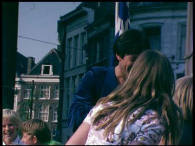 12774 BB01939 Een film rondom de opening van het gemeentehuis te Zwolle, met o.a. een optreden van Rob de Nijs., 1975-05-15