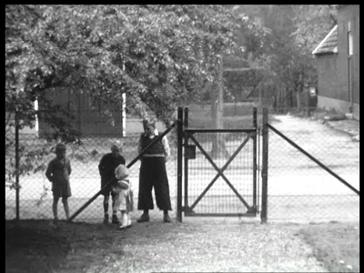 13084 BB01961 Een familiefilm rond de familie Baan, met beelden van een Studebaker die uit de deel wordt gereden, tante ...