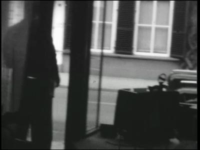 13088 BB01965 Een film met beelden van o.a. spelende kinderen met auto en hobbelpaard, tamme kraaien, het lappen van de ...