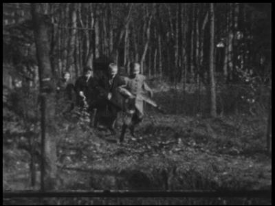 13105 BB01982 Samenvatting:Compilatiefilm van de familie Kappelle uit Deventer, met eerst privé-opnames van Pasen 1937, ...