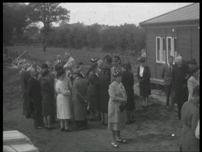 13126 BB02531 Bouw van de Vredestein fabriek te Enschede op 10 juni 1947:- tekenen van het contract;- gedenksteen, ...
