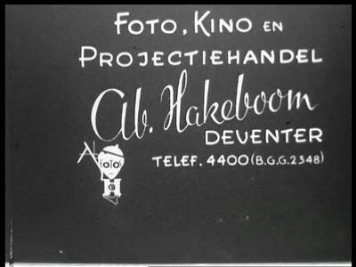 13131 BB02536 Kroning van Prinses Juliana in 1948 en de feestelijkheden in Amsterdam. De koninklijke gasten lopen voor ...