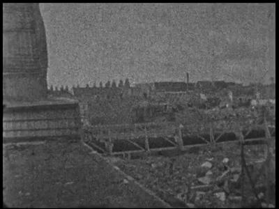 13137 BB02542 Samenvatting:Reportage over de tijdens de Tweede Wereldoorlog door bombardementen en ander oorlogsgeweld ...