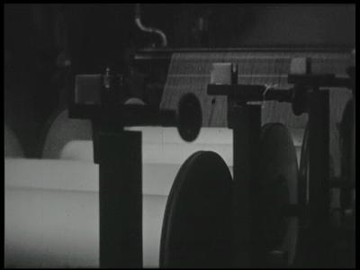 13179 BB03120 Bedrijfsfilm over de textielfabricage bij Blijdenstein in Enschede. Beelden van draaiende machines en ...