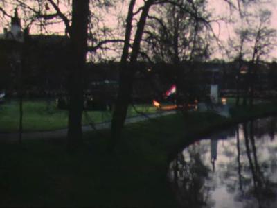 13249 BB00694 Beelden van Zwolle met opname's van het Verzetstrijderspark, het Kerkbruggetje, de Dodenherdenking, ...