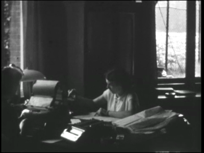 13447 BB02564 Beelden van iemand die een brief aan het typen is en andere werkzaamheden verricht op een kantoor., 1946-00-00