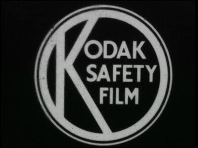 13476 BB03129 Een film met beelden van een man en een spelend meisje in een speeltuin en buitenopnames van een fabriek ...