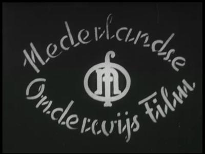 13492 BB03145 Een film rondom de Twentse textielindusttrie, met beelden van een kerkklok, een bus die in Ootmarsum ...