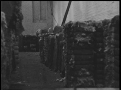 13767 BB02597 Samenvatting: Bedrijfsfilm over het productieproces in de katoenspinnerij van de textielfabriek Eilermark ...