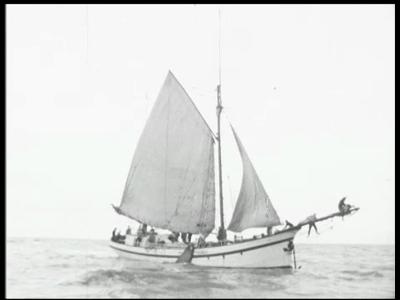 13838 BB00297 Film van een tocht met een zeilboot in open water. Het gaat om de Lichtstraal . Volgens een bron op het ...