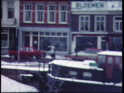 13868 BB00327 Een film met diverse beelden van Zwolle en omgeving, waaronder de Sassenpoort in wintersetting, een ...