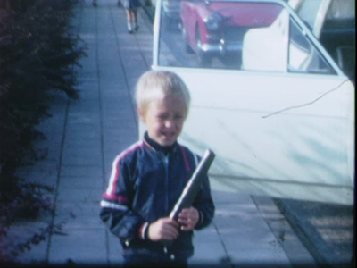 14536 BB11096 Een familiefilm met beelden van o.a.:- Een kinderfeest op school, de kinderen getooid met een papieren ...
